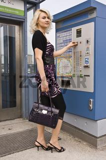 Frau beim Fahrschein kauf