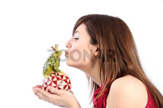Junge Frau küsst einen Froschkönig - wie im Märchen