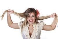 Junge Blonde Frau rauft sich die Haare