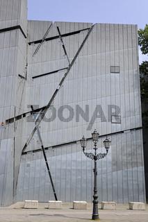 Juedisches Museum Berlin, Neubau von Daniel Libeskind, Detailansicht der Aussenfassade mit historischer Strassenlaterne