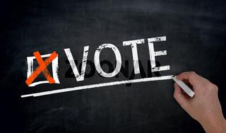 Vote wird von Hand auf Tafel geschrieben