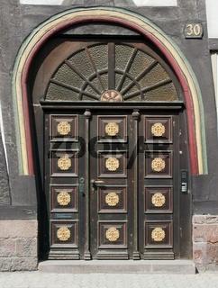 Schiefe Eingangstür in einem Fachwerkhaus