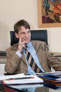 Jenaer Oberbürgermeister Dr. Albrecht Schröter im OB Dienstbüro