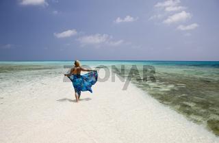 Touristin am Strand von Bikini