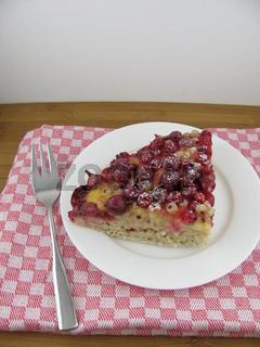Bunter Beerenkuchen mit Puddingcreme