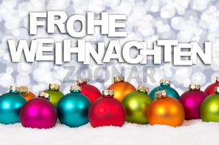 Frohe Weihnachten viele bunte Weihnachtskugeln Dekoration Schnee Winter