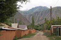 Dorfstrasse mit Lehmhäusern in Kyzyl Oi im Kökömeren-Tal, Jumgal Distrikt, Kirgistan