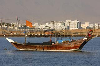 Traditionelles arabisches Fischerboot im Hafen von Sur