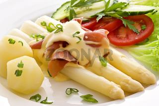 Spargel mit Schinken und Gemüse
