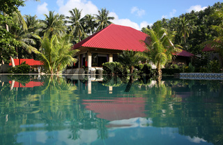 Swimingpool und Urlaubsbungalows