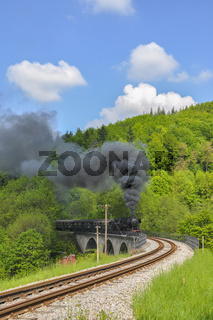 Schwaebische Waldbahn passiert den Struempfelbach-Viaduk