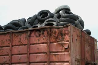 alte Autoreifen in einem Container