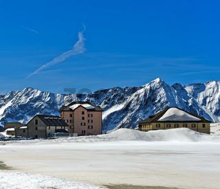 Auf der verschneiten Passhöhe San Gottardo, Schweiz