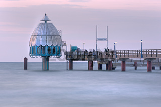 Tauchgondel an der Seebrücke von Zingst, Halbinsel Fischland-Darß-Zingst, Mecklenburg-Vorpommern, Deutschland, Europa