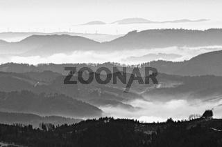 Blick über den nördlichen mittleren Schwarzwald Richtung Feldberg im nebligen Winter schwarz-weiss