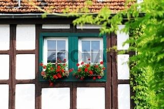 Fachwerkhaus mit Blumenkästen
