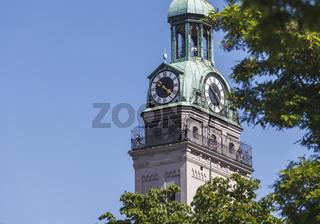 Der Turm mit Aussichtsplattform der Pfarrkirche St. Peter in München vor blauem Himmel.