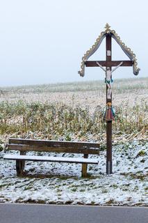 Ein hölzernes Flurkreuz - Wegekreuz bei Axtbrunn in Bayern - Deutschland