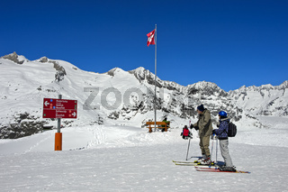 Skifahrer am Aussichtspunt Moosfluh in der Aletscharena