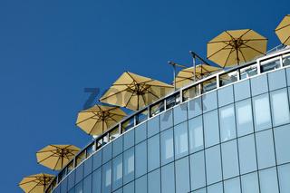 Hochhaus mit Sonnenschirmen