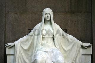 Portrait einer Steinfigur auf einem Friedhof