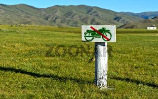 Handgearbeitetes Verbotsschild für Motorräder in der monglischen Steppe, Orchon-Tal, Mongolei