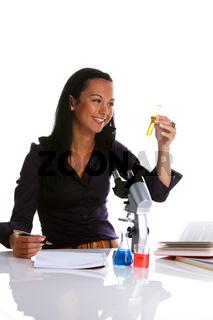 Junge Frau mit Mikroskop