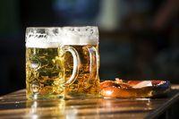 Biergarten Bier mit Breze