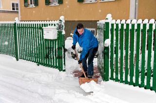 Frau bei der Schnee Räumung