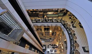 Lichthof ueber 6 Etagen des Berliner Kaufhauses KaDeWe