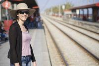 Frau wartet auf Zug