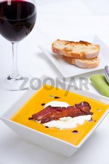 Kürbissuppe mit Wein und Brot