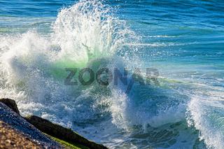 Wave breaking against rocks