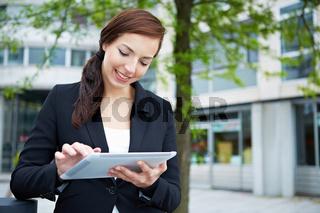 Businessfrau benutzt Tablet Computer