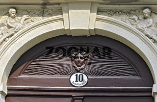 Eingangstor eines denkmalgeschützten Bürgerhauses in Wien