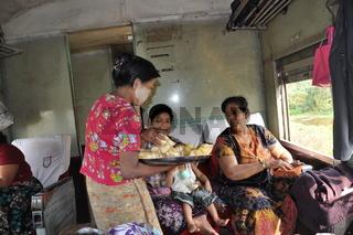 essensverkaeuferin in einem zug in burma