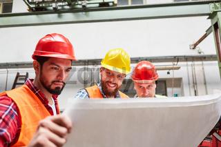 Gruppe Arbeiter und Handwerker mit Bauplan