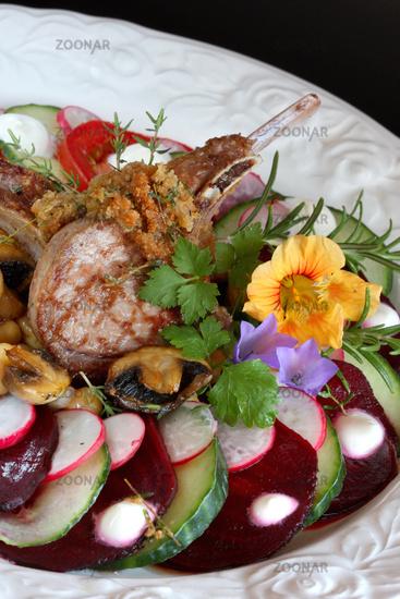 Lammkotelette in sommerfrischer Salatrunde