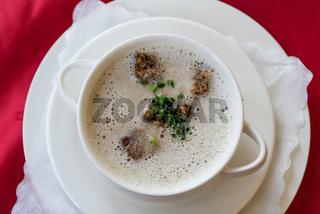 Champignoncremesuppe und Schwammerlcremesuppe mit Brotwürfel
