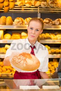 Kundin präsentiert Brot in einer Bäckerei