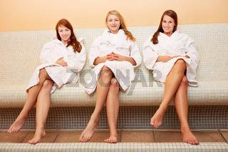 Attraktive Frauen entspannen auf Wärmebank