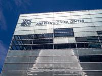 Teilansicht der Fassade des Ars Elecronica Center  mit Logo und Inschrift - Linz
