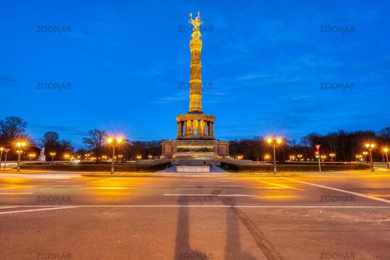 Die berühmte Siegessäule im Tiergarten in Berlin