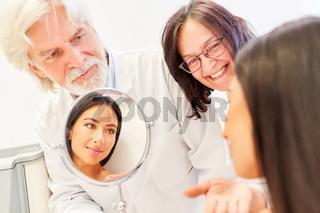Ärzteteam der Schönheitsklinik im Beratungsgespräch