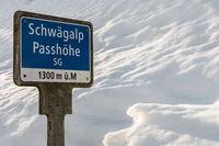 Schild mit Höhenangabe auf der Schwägalp Passhöhe im Winter, Kanton St. Gallen, Schweiz