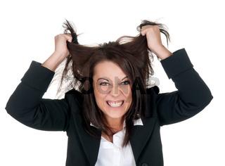 geschaeftsfrau rauft sich die haare