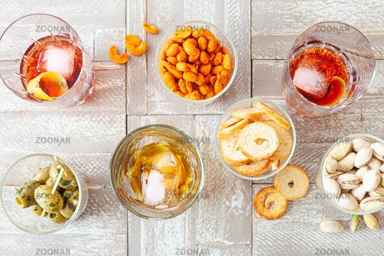 Verschiedene alkoholische Drinks und Knabbereien