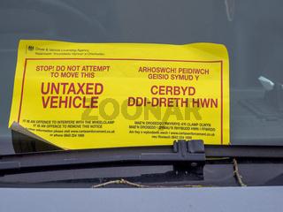 Strafzettel an der Windschutzscheibe eines Autos - Cardiff