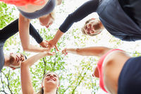 Junge Leute beim High Five für Zusammenarbeit