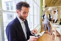 Business Mann am Tablet Computer im Konferenzraum